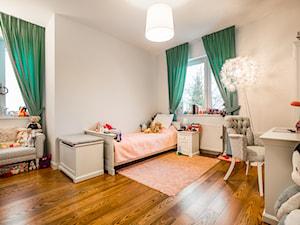 dom jednorodzinny Warszawa - Średni biały pokój dziecka dla dziewczynki dla ucznia dla malucha, styl glamour - zdjęcie od noobo studio