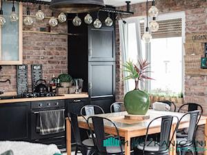 78 metrowe Mieszkanie Anny i Piotra w podpoznańskiej Wrześni - Średnia zamknięta kuchnia jednorzędowa z oknem - zdjęcie od mieszkanicznik od podszewki