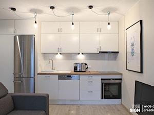 Kawalerka w Poznaniu - Mała otwarta biała kuchnia jednorzędowa w aneksie, styl nowoczesny - zdjęcie od The Sign