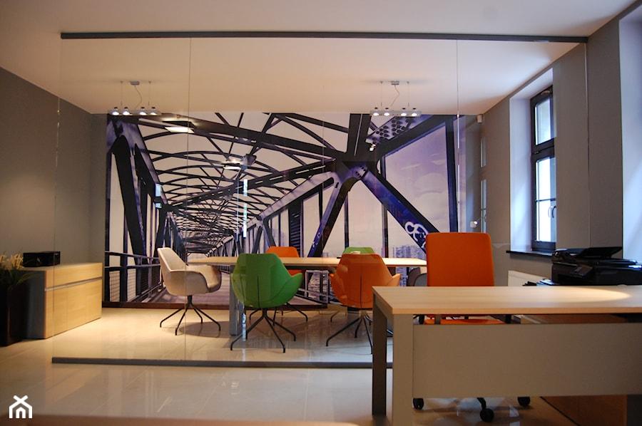 Aranżacje wnętrz - Biuro: biuro w Poznaniu - Duże szare biuro pracownia kącik do pracy, styl minimalistyczny - Archideko. Przeglądaj, dodawaj i zapisuj najlepsze zdjęcia, pomysły i inspiracje designerskie. W bazie mamy już prawie milion fotografii!