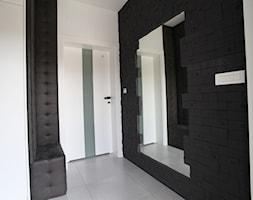 Dom jednorodzinny z akcentami morskimi - Mały biały czarny hol / przedpokój, styl nowoczesny - zdjęcie od Archideko