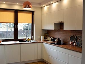 Dom, Kurów - Średnia zamknięta szara kuchnia w kształcie litery l z oknem, styl nowoczesny - zdjęcie od Drewmax Meble na wymiar