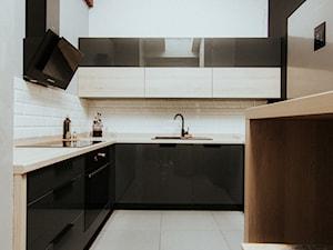 Kuchnia - Puławy - Mała otwarta biała kuchnia w kształcie litery l w aneksie, styl minimalistyczny - zdjęcie od Drewmax Meble na wymiar