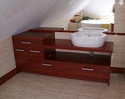 Łazienka na wymiar, producent mebli - Średnia beżowa łazienka na poddaszu w domu jednorodzinnym z oknem, styl nowoczesny - zdjęcie od DrewutniaLoft