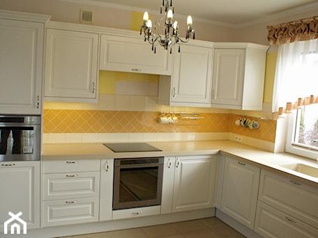 Kuchnie na wymiar, producent mebli - Średnia zamknięta beżowa żółta kuchnia w kształcie litery l z oknem, styl prowansalski - zdjęcie od DrewutniaLoft