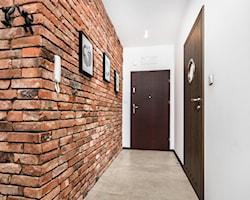 Hol / przedpokój z ceglaną ścianą - pomysły, inspiracje, aranżacje