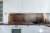 Biała kuchnia z miedzianymi dodatkami - zdjęcie od One Studio - Homebook