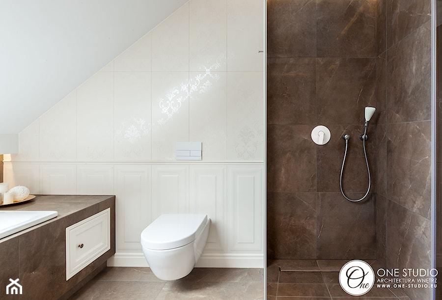 szeregówka Białystok - Średnia biała łazienka na poddaszu w bloku w domu jednorodzinnym, styl nowojorski - zdjęcie od One Studio