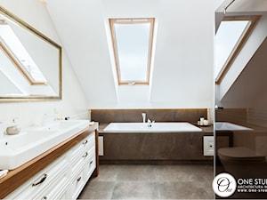 szeregówka Białystok - Średnia biała łazienka na poddaszu w bloku w domu jednorodzinnym z oknem, styl klasyczny - zdjęcie od One Studio