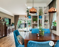 Współczesna jadalnia z niebieskimi klasycznymi krzesłami i miedzianymi lampami - zdjęcie od One Studio - Homebook