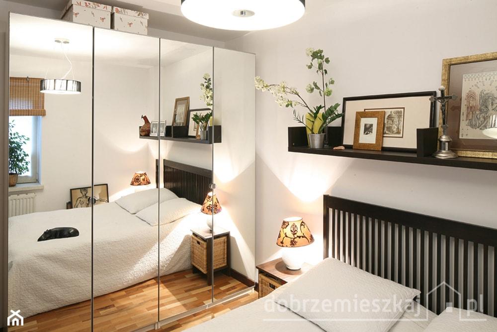 szafa z lustrem w sypialni, pleciona roleta, pleciona szafka nocna, biała narzuta na łóżko