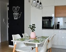 #5latHomebook - Średnia otwarta biała czarna jadalnia w kuchni - zdjęcie od Wojciech Wesołowski