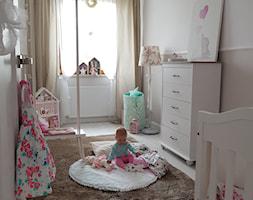 paulina.inspiruje - Średni szary pokój dziecka dla chłopca dla dziewczynki dla niemowlaka, styl prowansalski - zdjęcie od paulina.inspiruje