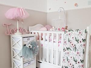 paulina.inspiruje - Średni biały pastelowy różowy pokój dziecka dla dziewczynki dla niemowlaka, styl prowansalski - zdjęcie od paulina.inspiruje