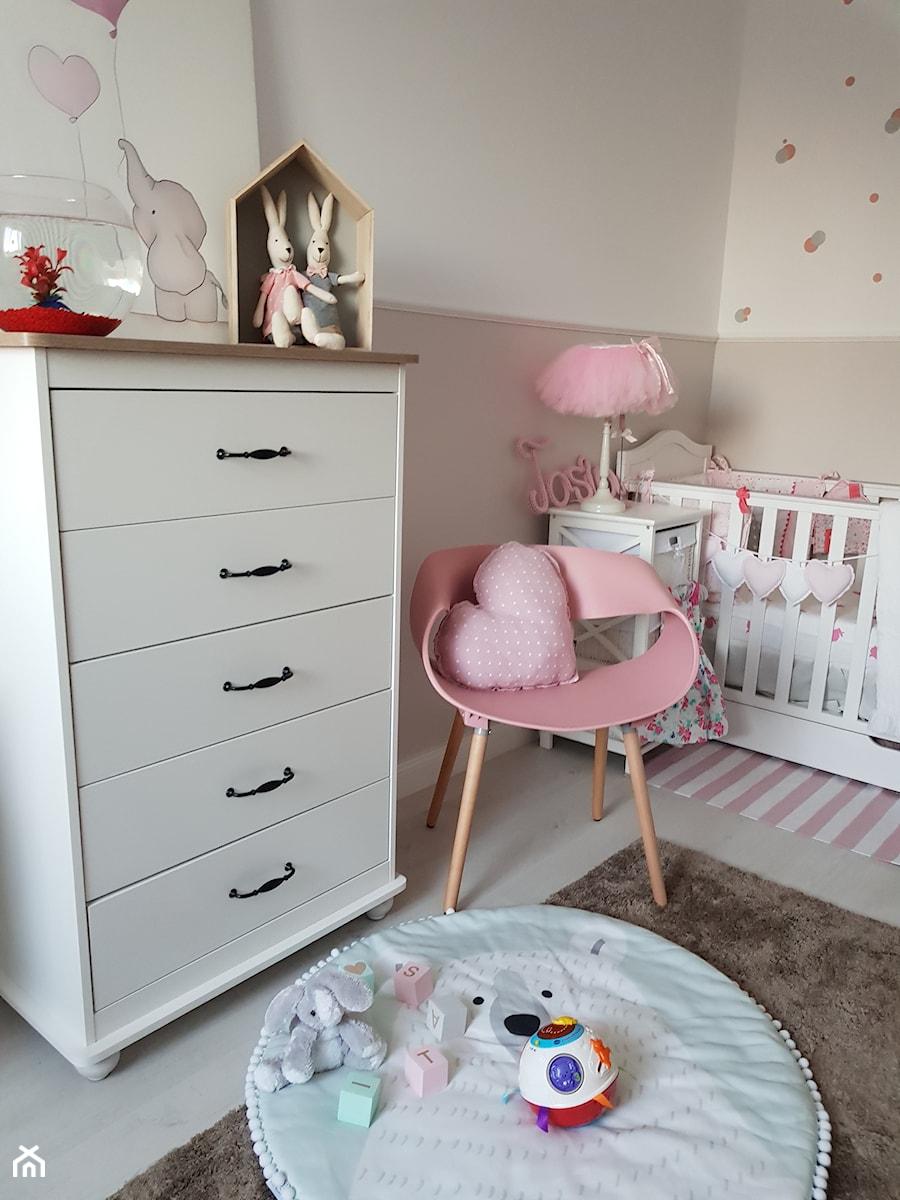 paulina.inspiruje - Średni biały beżowy pokój dziecka dla dziewczynki dla niemowlaka, styl prowansalski - zdjęcie od paulina.inspiruje