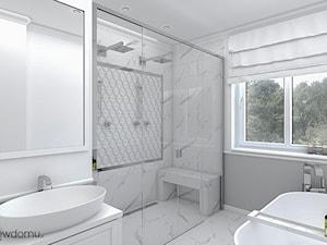 Łazienka w stylu new hampton - Średnia biała szara łazienka w bloku w domu jednorodzinnym z oknem, styl włoski - zdjęcie od wnetrzewdomu