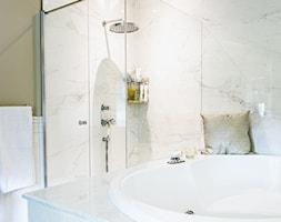 Królowa Elżbieta - Średnia biała łazienka na poddaszu w bloku w domu jednorodzinnym bez okna - zdjęcie od Halemska