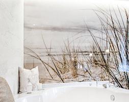 Królowa Elżbieta - Mała biała łazienka na poddaszu w bloku w domu jednorodzinnym bez okna - zdjęcie od Halemska