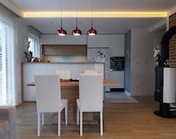 Salon w cegle - Mały szary salon z kuchnią z jadalnią, styl nowoczesny - zdjęcie od architekci tu