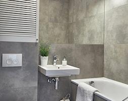 Łazienka - Mała szara łazienka w bloku w domu jednorodzinnym bez okna, styl nowoczesny - zdjęcie od Stan Wewnętrzny