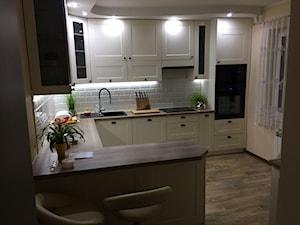Średnia otwarta beżowa kuchnia w kształcie litery u w aneksie z oknem - zdjęcie od J&J Meblotech