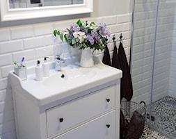 MÓJ OSOBISTY RAJ NA ZIEMI - Biała łazienka w bloku w domu jednorodzinnym bez okna, styl skandynawsk ... - zdjęcie od MójOsobistyRajNaZiemi - Homebook