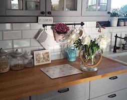 MÓJ OSOBISTY RAJ NA ZIEMI - Średnia otwarta biała kuchnia jednorzędowa w aneksie - zdjęcie od MójOsobistyRajNaZiemi - Homebook
