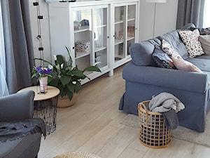 MÓJ OSOBISTY RAJ NA ZIEMI - Średni biały salon z barkiem, styl skandynawski - zdjęcie od MójOsobistyRajNaZiemi