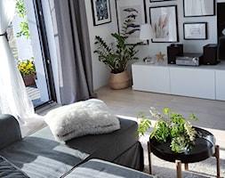 MÓJ OSOBISTY RAJ NA ZIEMI - Średni biały salon z tarasem / balkonem, styl skandynawski - zdjęcie od MójOsobistyRajNaZiemi - Homebook