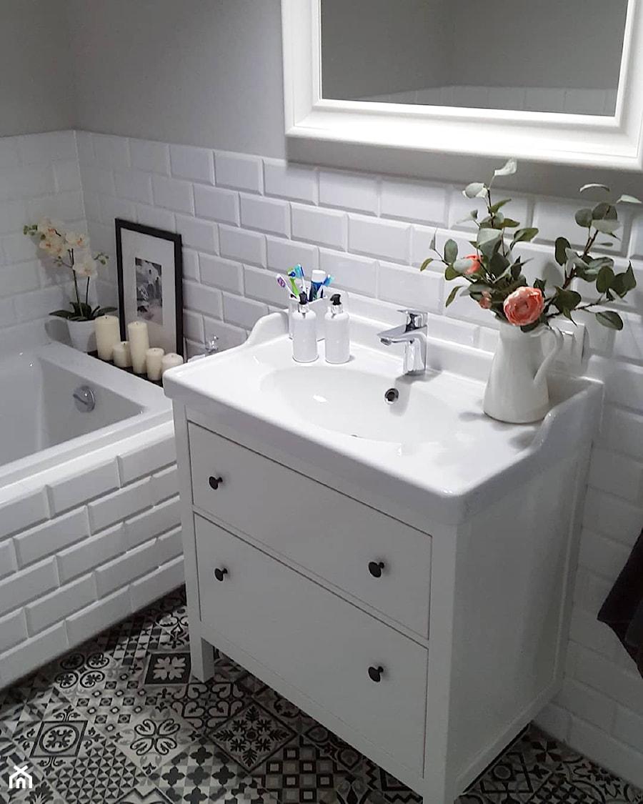MÓJ OSOBISTY RAJ NA ZIEMI - Mała biała szara łazienka na poddaszu w bloku w domu jednorodzinnym bez okna, styl skandynawski - zdjęcie od MójOsobistyRajNaZiemi