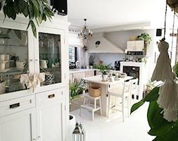 Scandi Boho - Duża otwarta biała szara kuchnia w kształcie litery u z wyspą z oknem - zdjęcie od emiliana.pl
