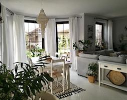 Scandi Boho - Średnia otwarta biała jadalnia w salonie, styl skandynawski - zdjęcie od emiliana.pl