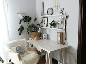Scandi Boho - Mała biała sypialnia na poddaszu - zdjęcie od emiliana.pl