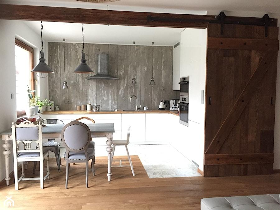 salon z kuchnią - Średnia otwarta biała kuchnia w kształcie litery l w aneksie z oknem - zdjęcie od natalia