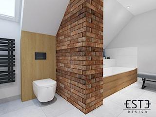 Łazienka z cegłą na poddaszu