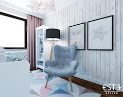 Pokój dziecięcy - Mały biały szary pokój dziecka dla chłopca dla dziewczynki dla niemowlaka, styl skandynawski - zdjęcie od Este Design
