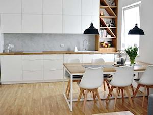 Skandynawia na łódzkim Polesiu - Duża otwarta szara kuchnia w kształcie litery l w aneksie z oknem - zdjęcie od IDI Studio