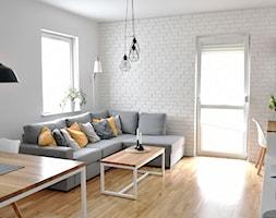 Skandynawia na łódzkim Polesiu - Średni biały salon z jadalnią z tarasem / balkonem - zdjęcie od IDI Studio