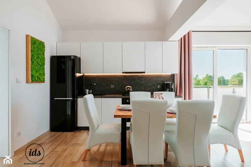 Dwukondygnacyjny apartament nad morzem 80m2 - Średnia otwarta biała kuchnia jednorzędowa w aneksie z ... - zdjęcie od IDS projektowanie wnętrz - Homebook
