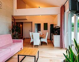 Dwukondygnacyjny apartament nad morzem 80m2 - Mały szary salon z kuchnią z jadalnią, styl nowoczesny - zdjęcie od IDS projektowanie wnętrz
