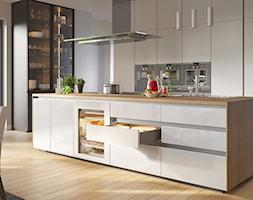Aranżacje - Duża otwarta beżowa szara kuchnia w kształcie litery u dwurzędowa z wyspą z oknem, styl ... - zdjęcie od GTV - Homebook
