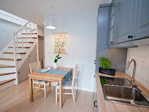 Mieszkanie z antresolą na krakowskim Podgórzu - Średnia otwarta biała kuchnia jednorzędowa w aneksie - zdjęcie od OGRODY I WNĘTRZA - KAROLINA POPIEL