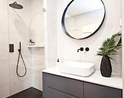 Mieszkanie na Bronowicach - Mała beżowa łazienka na poddaszu w bloku w domu jednorodzinnym bez okna, styl minimalistyczny - zdjęcie od OGRODY I WNĘTRZA - KAROLINA POPIEL