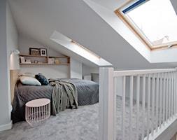 Średnia biała szara sypialnia małżeńska na poddaszu, styl skandynawski - zdjęcie od OGRODY I WNĘTRZA - KAROLINA POPIEL