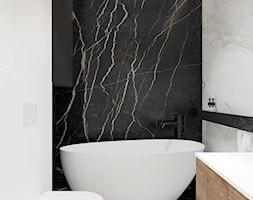 Łazienka z wanną wolnostojącą i okrągłym lustrem. - zdjęcie od KAROLINA POPIEL - ARCHITEKURA WNĘTRZ - Homebook