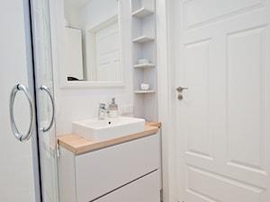 Mieszkanie z antresolą na krakowskim Podgórzu - Mała biała łazienka na poddaszu w bloku w domu jednorodzinnym bez okna - zdjęcie od OGRODY I WNĘTRZA - KAROLINA POPIEL