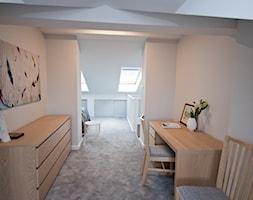Mieszkanie z antresolą na krakowskim Podgórzu - Duże białe biuro domowe kącik do pracy na poddaszu w pokoju - zdjęcie od OGRODY I WNĘTRZA - KAROLINA POPIEL