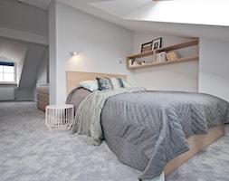 Duża biała sypialnia małżeńska na poddaszu, styl skandynawski - zdjęcie od OGRODY I WNĘTRZA - KAROLINA POPIEL