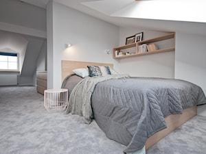 Mieszkanie z antresolą na krakowskim Podgórzu - Średnia biała sypialnia małżeńska na poddaszu - zdjęcie od OGRODY I WNĘTRZA - KAROLINA POPIEL