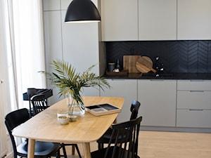 Mieszkanie na Bronowicach - Średnia biała czarna kuchnia jednorzędowa w aneksie z oknem, styl skandynawski - zdjęcie od OGRODY I WNĘTRZA - KAROLINA POPIEL
